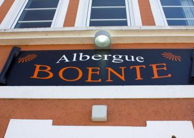 Rótulo fachada Albergue Boente.